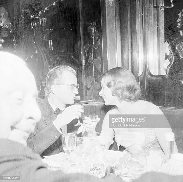 Rendezvous With Ingrid Bergman A Paris au restaurant chez Maxim's attablés en tenue de soirée en compagnie d'autres convives Ingrid BERGMAN et son...