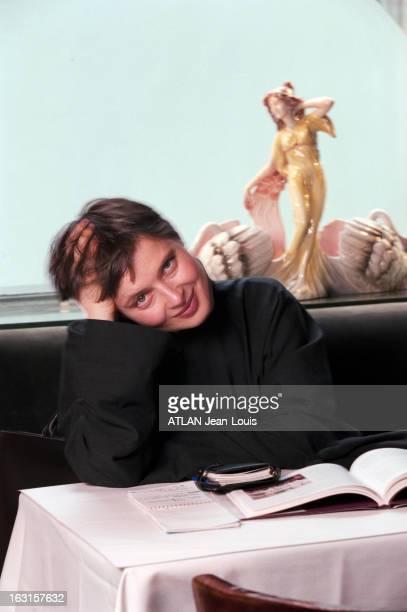 Rendezvous With Isabella Rossellini In New York New York 17 janvier 1999 Portrait de Isabella ROSSELLINI attablée dans un restaurant souriante la...