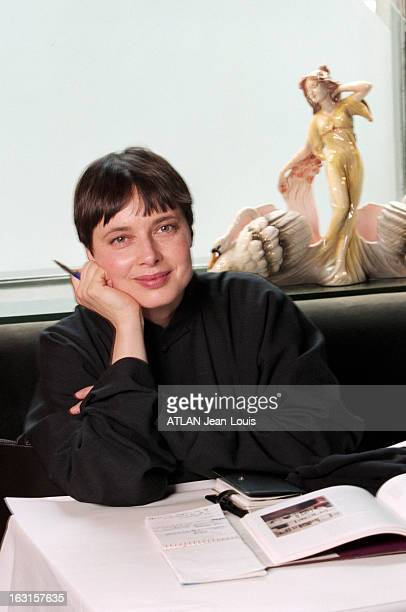 Rendezvous With Isabella Rossellini In New York New York 17 janvier 1999 Portrait de Isabella ROSSELLINI attablée dans un restaurant souriante les...