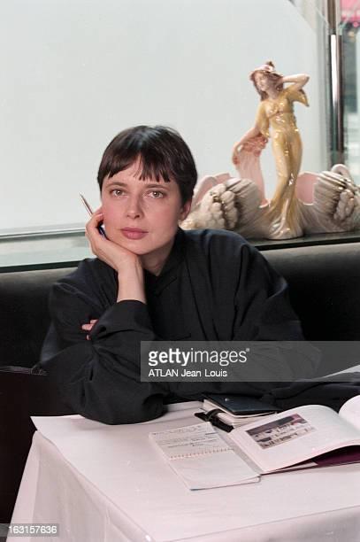 Rendezvous With Isabella Rossellini In New York New York 17 janvier 1999 Portrait de Isabella ROSSELLINI attablée dans un restaurant les cheveux...