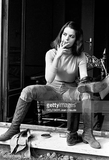 Rendezvous With Isabelle De Funes Paris 13 octobre 1966 Portrait de Isabelle DE FUNES assise sur un fauteuil à bascule les pieds sur le rebord d'une...