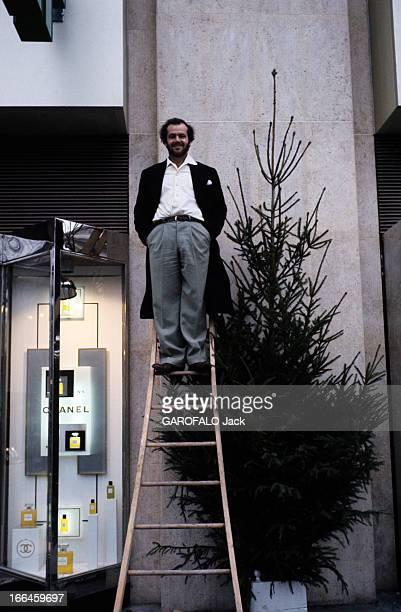 Rendezvous With Jack Nicholson Paris mars 1975 Jack NICHOLSON acteur américain pose debout au sommet d'une échelle près de la vitrine d'un drugstore...