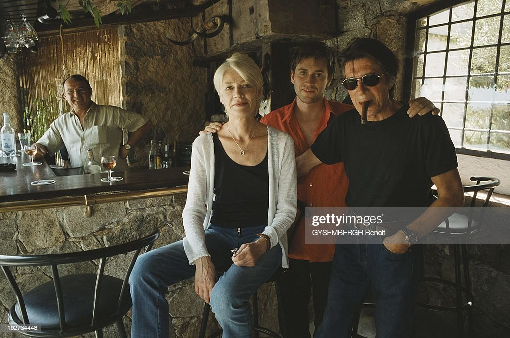 Rendezvous With Jacques Dutronc With Family In Corsica Thomas Dutronc Tenant Par Les Epaules Ses