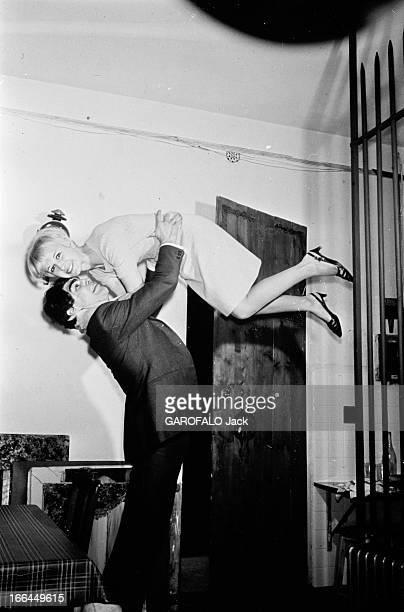 Rendezvous With Jacques Marty And His Wife En 1966 le boxeur Jacques MARTY chez lui avec sa femme dans ses bras en l'air