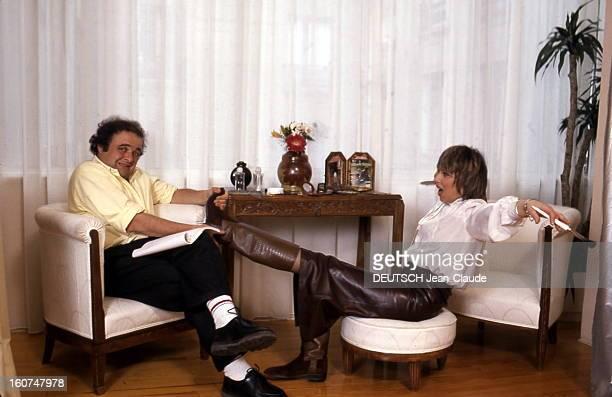 Rendezvous With Jacques Villeret Attitude de Jacques VILLERET faisant semblant d'éprouver des difficultés à retirer une botte de son épouse Irina...