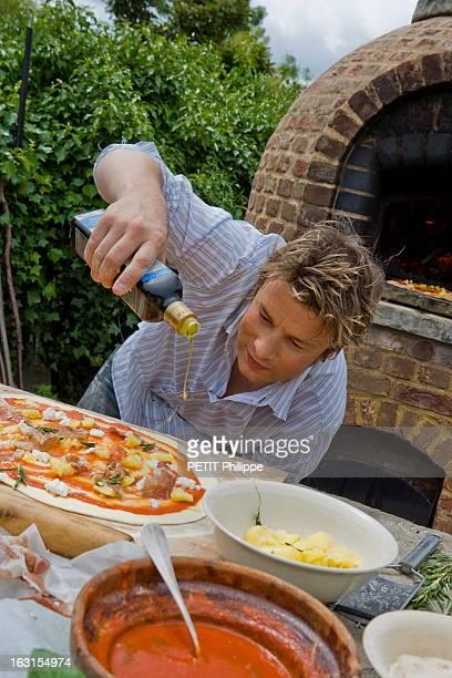 Rendezvous With Jamie Oliver. Le chef anglais Jamie OLIVER dans sa propriété près de Clavering, dans l'Essex. Il mitonne une pizza à sa façon. Sur le...