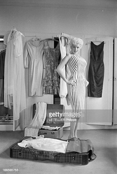 Rendezvous With Jayne Mansfield In London Londres 9 mai 1958 Dans une chambre d'hôtel avant de se rendre au Festival de Cannes devant une penderie où...