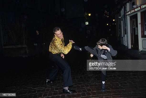 Rendezvous With Jean Claude Van Damme A Bruxelles dans la rue de nuit JeanClaude VAN DAMME jouant au combat avec son fils Christopher