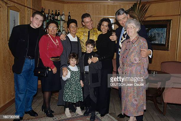 Rendezvous With Jean Claude Van Damme A Bruxelles en intérieur JeanClaude VAN DAMME en compagnie de son exépouse Gladys et de leurs enfants posant...
