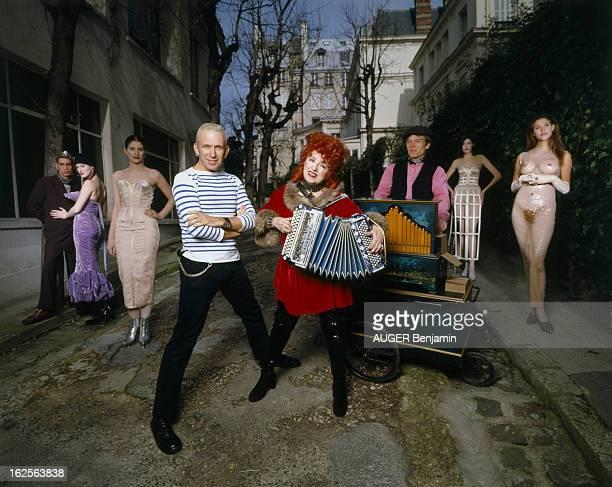 Rendezvous With Jean Paul Gaultier En France à Paris le 3 mars 1995 JeanPaul GAULTIER couturier portant une marinière posant sur une scène de défilé...