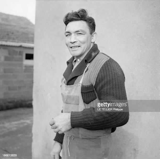 Rendezvous With Jean Stock En France en extérieur portrait du boxeur Jean STOCK en tablier pendant sa tournée de livreur de lait