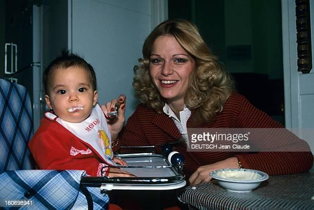 Rendezvous With Jeane Manson At Home En France en décembre 1978 Jeane MANSON actrice chanteuse donnant à manger à sa fille sa fille Jennifer alias...