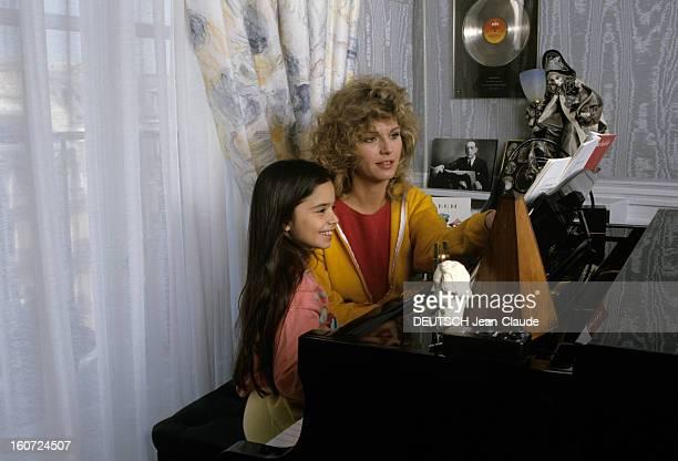 Rendezvous With Jeane Manson mai 1986 Portrait de Jeane MANSON chez elle assise à coté de sa fille Jennifer MANSON la regardant jouant du piano