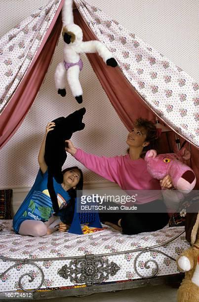 Rendezvous With Jeane Manson mai 1986 Portrait de Jeane MANSON chez elle jouant avec des peluches avec sa fille Jennifer MANSON sur le lit de celleci