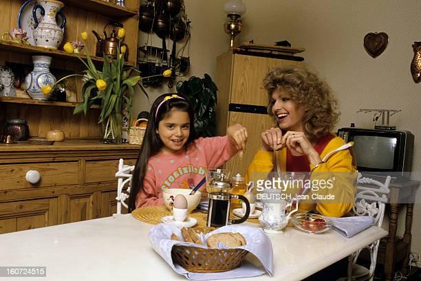 Rendezvous With Jeane Manson mai 1986 Portrait de Jeane MANSON chez elle prenant son petit déjeuner avec sa fille Jennifer MANSON