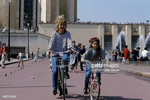 Rendezvous With Jeane Manson mai 1986 Portrait de Jeane MANSON faisant du vélo avec sa fille Jennifer MANSON 8 ans entourées par d'autres enfants au...