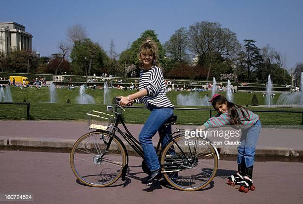 Rendezvous With Jeane Manson mai 1986 Portrait de Jeane MANSON à vélo tirant sa fille Jennifer MANSON faisant du patin à roulettes
