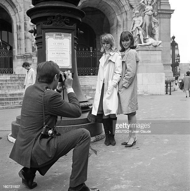 Rendezvous With Joanna Shimkus And Phyllis Major avril 1965 Portrait des deux mannequins américaines Joanna SHIMKUS et Phyllis MAJOR posant devant un...