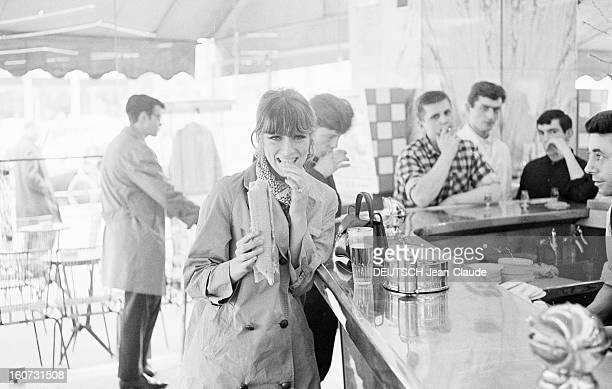 Rendezvous With Joanna Shimkus And Phyllis Major avril 1965 Portrait de la mannequin américaine Phyllis MAJOR mangeant un sandwich accoudée à un...