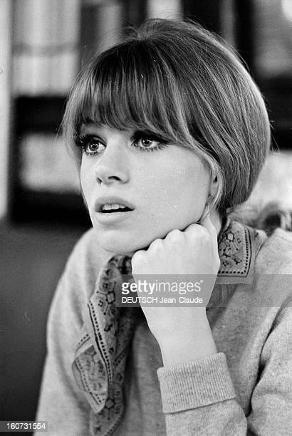 Rendezvous With Joanna Shimkus And Phyllis Major avril 1965 Portrait de la mannequin américaine Phyllis MAJOR un foulard autour du cou la main sur le...