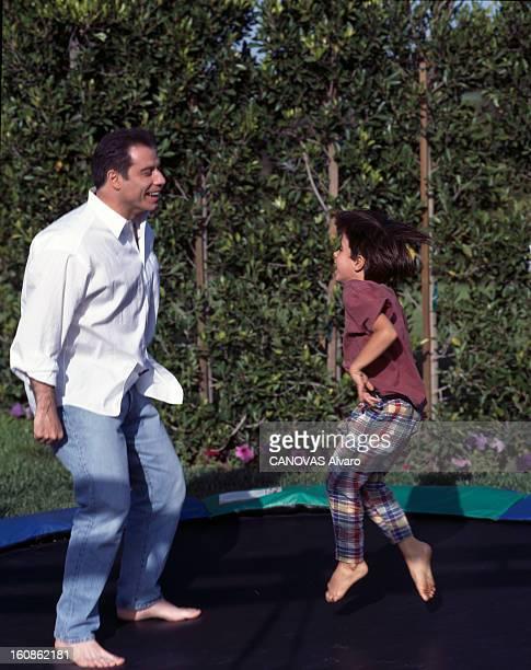 Rendezvous With John Travolta Aux EtatsUnis à LosAngeles en avril 1998 lors d'une rencontre John TRAVOLTA acteur sautant avec son fils Jett sur un...