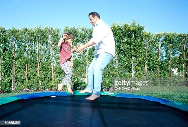 Rendezvous With John Travolta John TRAVOLTA dans sa maison Brentwood à Los Angeles sautant avec son fils Jett sur un trampoline dans leur jardin