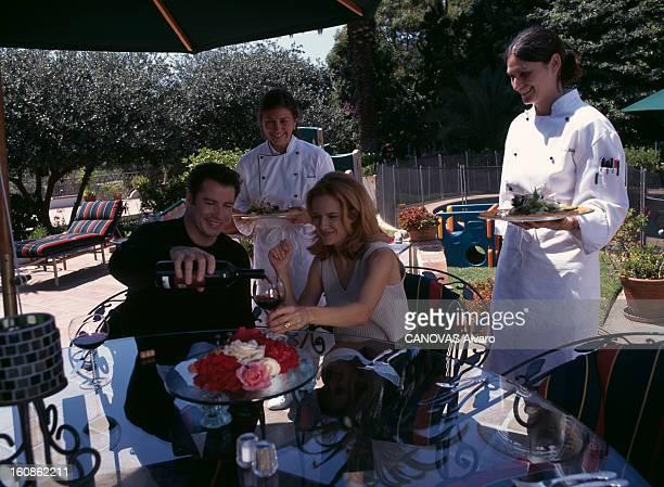 Rendezvous With John Travolta Juillet 1996 Portrait de John TRAVOLTA et de sa famille chez lui Deux cuisinières apportant les plats à John et sa...