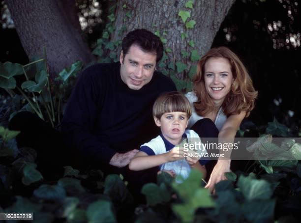 Rendezvous With John Travolta Juillet 1996 Portrait de John TRAVOLTA et de sa famille chez lui Dans leur parc dominant la Mecque du cinéma John et...