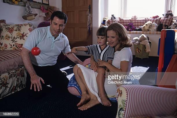 Rendezvous With John Travolta Juillet 1996 Portrait de John TRAVOLTA et de sa famille chez lui Dans la nurserie John Kelly et Jett 4 ans leur fils