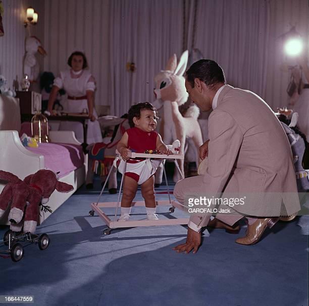 Rendezvous With King And His Daughter Princess Lalla Meryem Au début des années 60 dans une chambre décorée de jouets en peluche devant une...