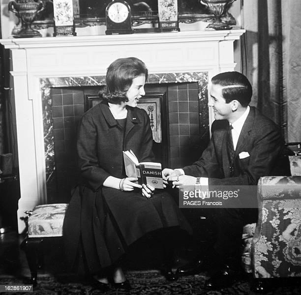 Rendezvous With King Constantine Ii And Queen AnneMarie Of Greece Le 14 décembre 1967 en Grèce la Reine ANNEMARIE souriante un livre de danois dans...