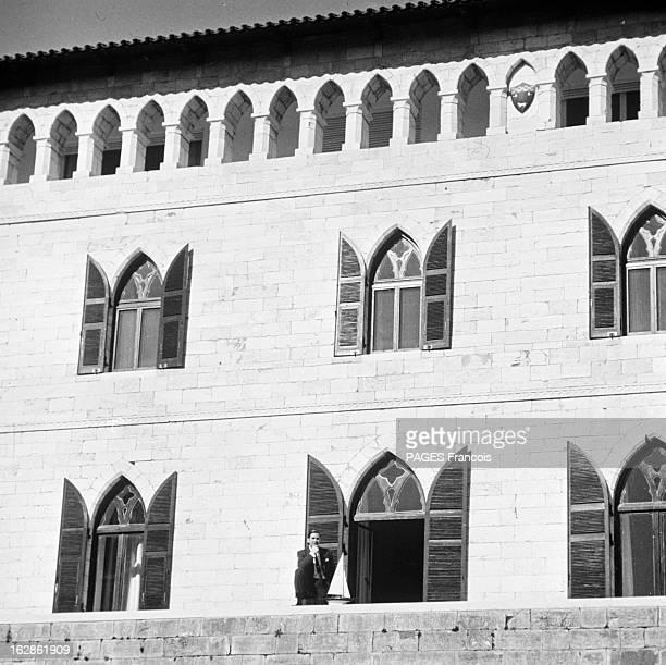 Rendezvous With King Constantine Ii And Queen AnneMarie Of Greece Le 14 décembre 1967 en Grèce le roi CONSTANTIN II DE GRECE s'appuyant sur le muret...
