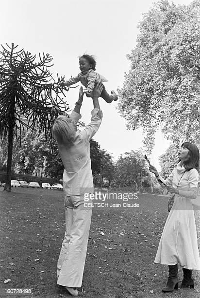 Rendezvous With Klaus Kinski His Wife Minhoi And Son Nanoi Paris 19 Septembre 1977 Klaus KINSKI acteur allemand fait sauter son fils en l'air bras...