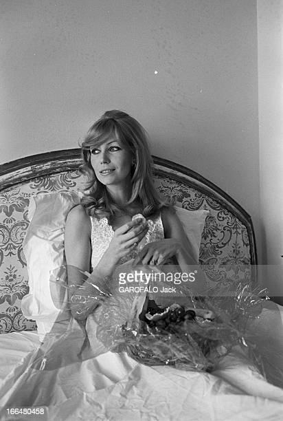 Rendezvous With Kyra EtatsUnis Los Angeles 24 avril 1967 KYRA est mannequin et actrice à Hollywood Elle reçoit l'équipe de la revue Paris Match chez...
