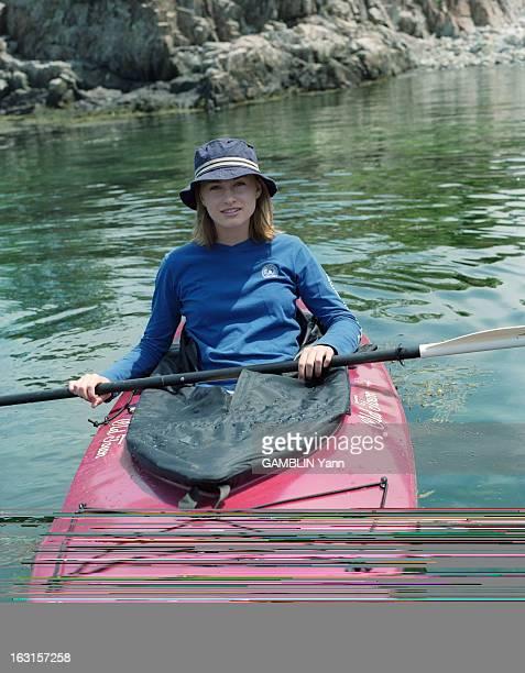 Rendezvous With Lauren Bush Aux EtatsUnis en juin 1999 portrait en extérieur de Lauren BUSH âgée de 15 ans portant un short gris un teeshirt bleu à...