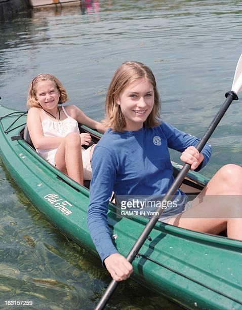 Rendezvous With Lauren Bush Aux EtatsUnis en juin 1999 portrait en extérieur de Lauren BUSH âgée de 15 ans souirante vêtue d'un short gris et d'un...