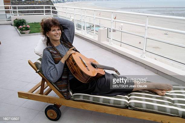 Rendezvous With Lea Massari And Her Husband Carlo Bianchini A La Baule Léa MASSARI allongée dans une chaise longue tenant une guitare