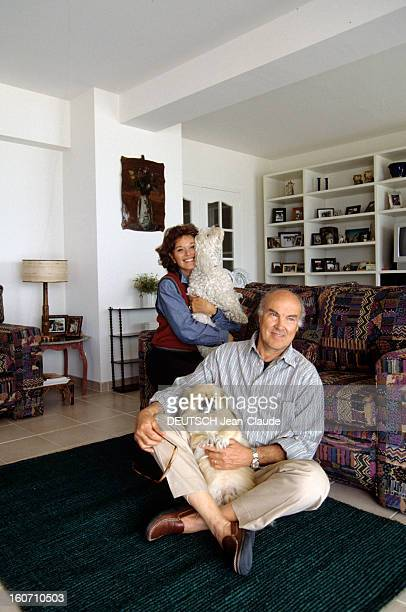 Rendezvous With Lea Massari And Her Husband Carlo Bianchini A La Baule dans leur salon Léa MASSARI et son mari Carlo BIANCHINI tenant chacun un de...
