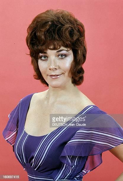 Rendezvous With Linda Thorson In London Portrait de Linda THORSON portant une robe violette légère à grand décolleté vue de face