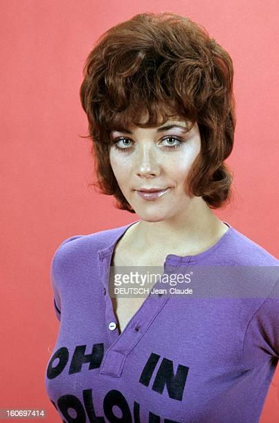 Rendezvous With Linda Thorson In London Portrait de Linda THORSON portant un teeshirt violet imprimé vue de face