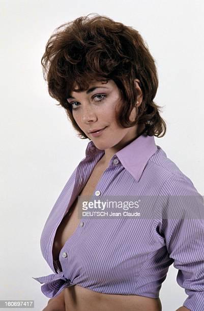 Rendezvous With Linda Thorson In London Portrait de Linda THORSON portant un chemisier parme ouvert noué autour de la taille vue de troisquart gauche