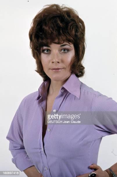 Rendezvous With Linda Thorson In London Portrait de Linda THORSON portant un chemisier parme ouvert vue de face