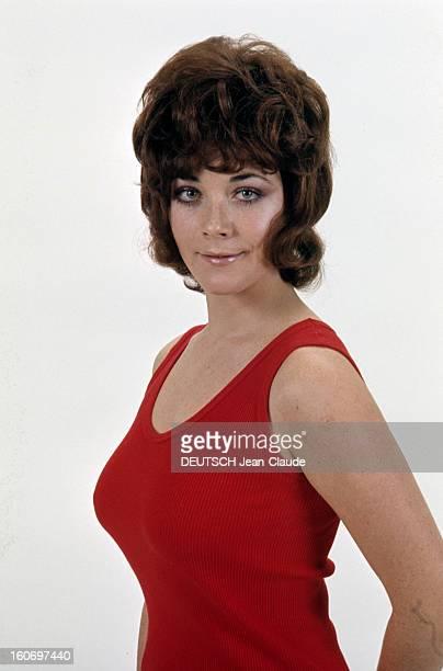 Rendezvous With Linda Thorson In London Portrait de Linda THORSON portant un débardeur rouge vue de troisquart gauche