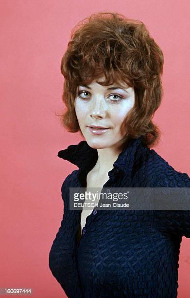 Rendezvous With Linda Thorson In London Portrait de Linda THORSON portant un chemisier bleu nuit échancré vue de troisquart gauche