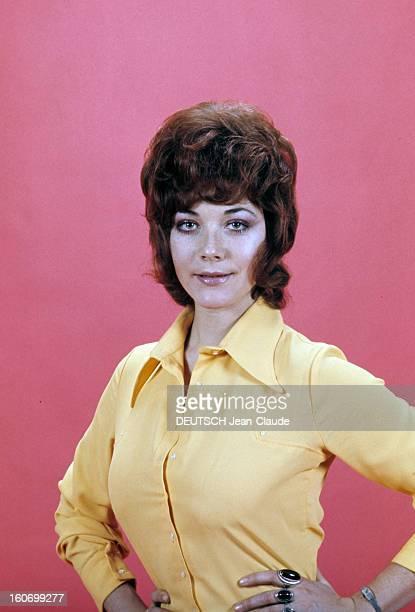 Rendezvous With Linda Thorson In London Portrait de Linda THORSON portant un chemisier jaune vue de face