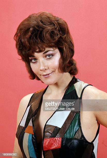 Rendezvous With Linda Thorson In London Portrait de Linda THORSON portant un blouson en patchwork coloré sans manches vue de face ressérée