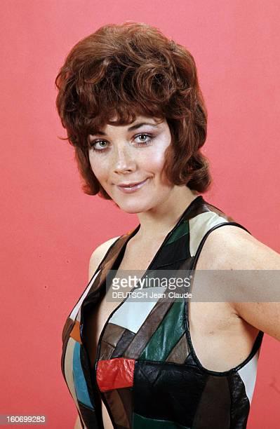 Rendezvous With Linda Thorson In London Portrait de Linda THORSON portant un blouson en patchwork coloré sans manches mains en arrière vue de...