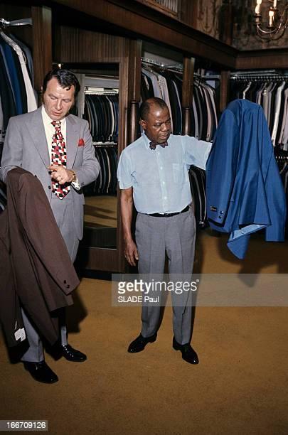 Rendezvous With Louis Armstrong Aux EtatsUnis à Los Angeles en juin 1970 Louis ARMSTRONG trompettiste chanteur en chemise noeud papillon tenant une...