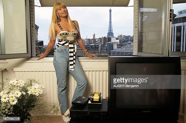 Rendezvous With Lova Moor At Home In Paris. En France, à Paris, le 14 juin 1995, LOVA MOOR, chez elle, en jeans devant une fenêtre ouverte de son...