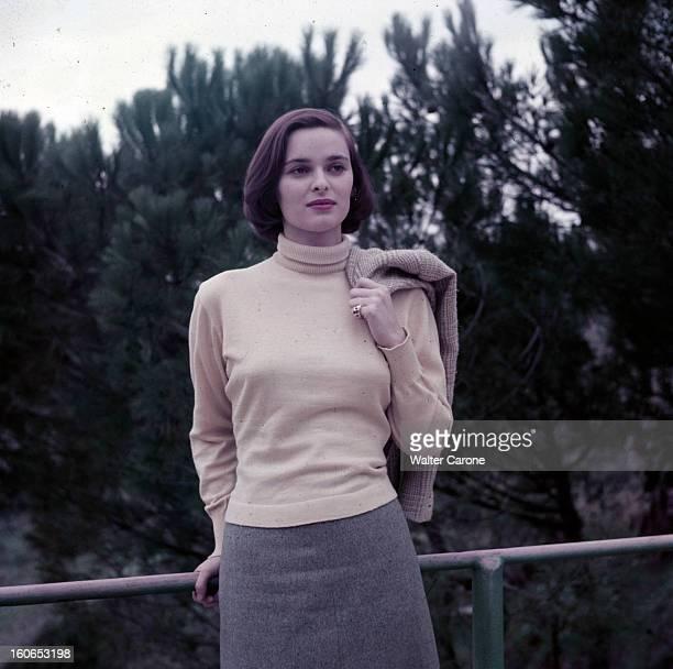 Rendezvous With Lucia Bose En 1956 avant son mariage avec le toréador Luis Miguel DOMINGUIN portrait en extérieur de l'actrice Lucia BOSE appuyée sur...
